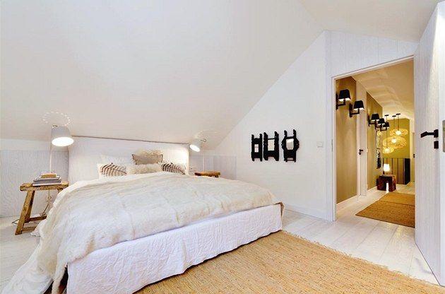 Fotogalerie: Místnosti vévodí vícedílná péřová pohovka a křesla (Gervasoni) potažená bílou