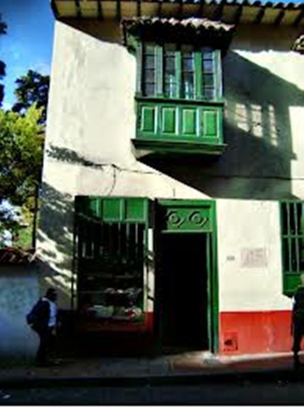 La Puerta Falsa, el restaurante más antiguo del país, fundado el 16 de julio de 1816. Siete generaciones de la familia Sabogal han estado atendiendo este emblemático negocio, donde Manuelita Sáenz compraba las golosinas que muy seguramente compartía con el Libertador. Barrio La Candelaria, Bogotá D.C., Colombia. Comentado por Gustavo Montenegro