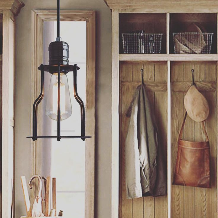 Historické závesné svietidlo s modernou klietkou na žiarovky typu E27 je svietidlo určené na stenu v rustikálnom vzhľade. www.ziarovky.eu