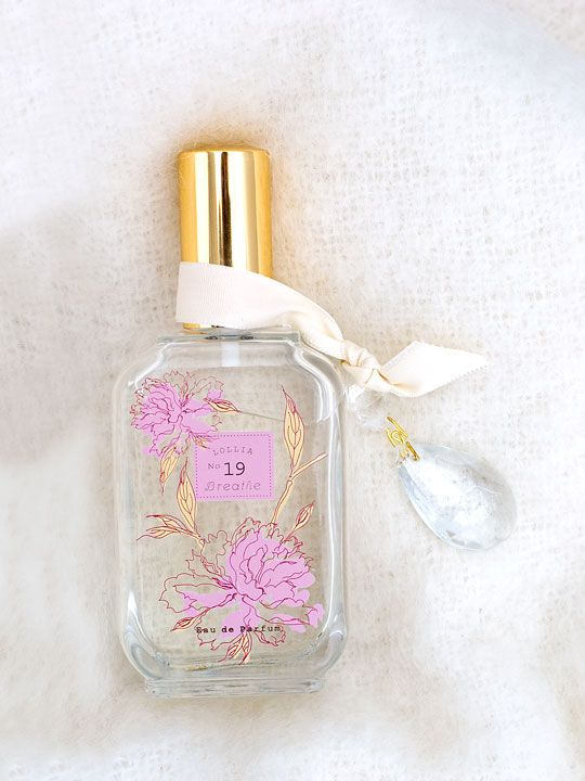 A floral heart of ruffled Peony and White Lily with sheer hints of fresh Grapefruit and Orange. A fresh air impression infused with leafy green notes surrounded by a hint of cool, mossy forest paths. #margotelenawishlist