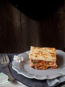 Hay mil y una recetas de lasagna, ¿cuál es tu preferida? Nosotros compartimos la que nos enseñan a preparar en el blog Jaleo en la Cocina, está rellena de carne, setas y verduras.