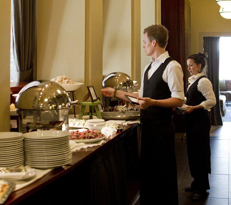 ROYAL RAVINTOLAT – Tiesitkö nämä tarjoilijan työn 10 salaisuutta? 6. Järjestelmällisyys. Ammattitaitoinen tarjoilija pystyy pitämään omat ajatukset ja työkalut järjestyksessä tilanteesta riippumatta.