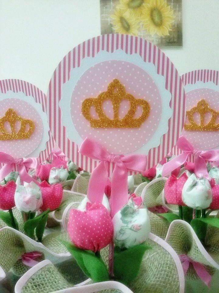 Base feito em juta, tulipas de tecidos, e coroa em eva. Topper em papel scrapp. Fazemos também em outras cores.