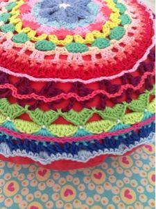Crocheted cushion by http://bijsaarenmien.blogspot.nl