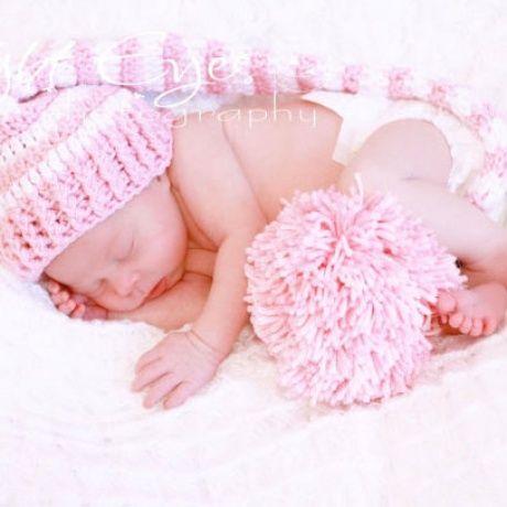 Gorro ganchillo para bebé a rayas con pompon Divertido gorrito muy pequeñito para que puedas hacer fotos muy bonitas a tu bebé recién nacido. El gorro está hecho a mano. Con un pon pon en la punta.Gorro duende a rayas. 22,90