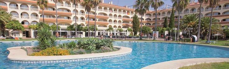 El Hotel del Coto (Matalascañas, Huelva) fue renovado en 2009, tiene un edificio de cuatro plantas y dispone de un total de 460 habitaciones dobles y 6 suites. Ofrece a sus huéspedes un hall de entrada con área de recepción abierta las 24 horas del día, una cafetería, algunas tiendas y una peluquería.    http://www.chollovacaciones.com/CHOLLOCNT/ES/chollo-gran-hotel-del-coto.html