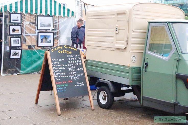 De zondagse markt in Newcastle mag je natuurlijk niet overslaan. De zondagmarkt vind je aan de rivier de Tyne, tussen de Millennium Bridge en de oude Tyne Bridge. De markt zelf kan ik het best omschrijven als een beetje kneuterig. Je vindt er van alles, maar eigenlijk heb je van dat alles niets nodig. De sfeer maakt een hoop goed. Net zoals de fudge en de heerlijke versgezette koffie! #sundaymarket #Newcastle #eatpurelove #travel www.eatpurelove.nl