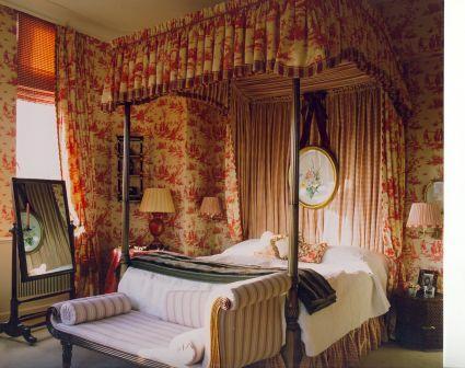 4-Post Bed in Toile de Jouy fabric.