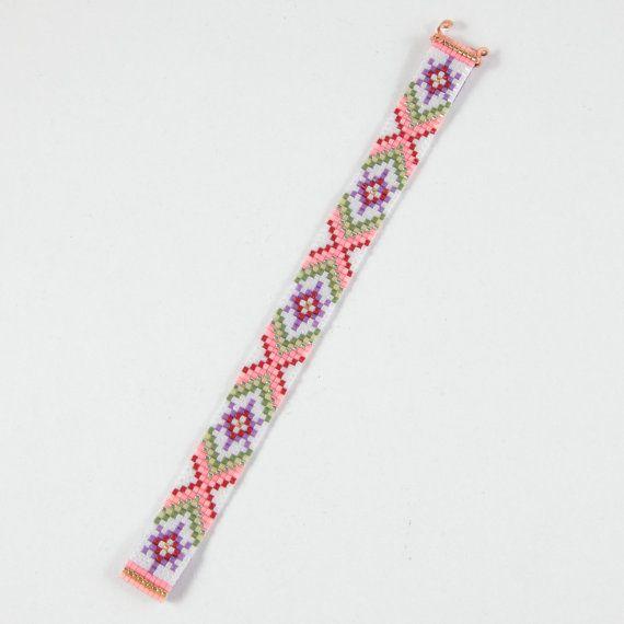 Deze vriendschap Guava SAP Bead Loom armband werd geïnspireerd door alle mooie Native en Latijns-Amerikaanse patronen die ik zie om me heen in Albuquerque, New Mexico. Het is een origineel Pueblo & Company bead loom ontwerp! Zoals met al mijn stukken, heb ik het op een weefgetouw kraal met grote zorg en aandacht voor detail gemaakt. BELANGRIJKE opmerking: Gelieve te meten uw pols zorgvuldig door voordat u de plaatsen van de orders, zodat een goede pasvorm. Deze armbanden zijn niet verste...