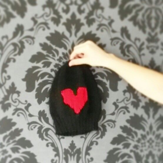 Knitted hat with a heart.  www.intarsiamia.wordpress.com Instagram: intarsiamia