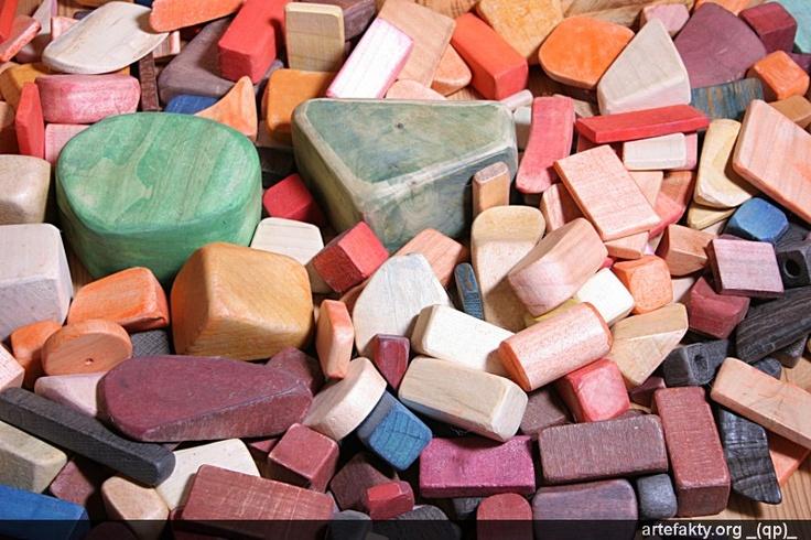 Bauklötze aus Holz.Sie sind handgemacht,haben verschiedene Formen und Farben.Sie wurden sehr sorgfältig geschilffen und mehrmals mit eingewachst.