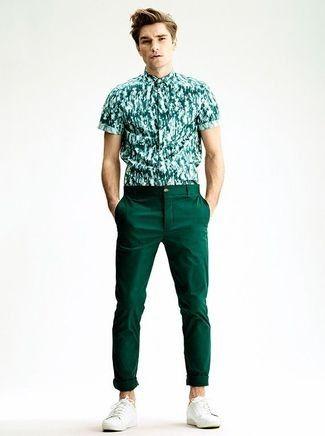 Look de moda: Camisa de Manga Corta Estampada Verde, Pantalón Chino Verde Oscuro, Zapatillas Bajas Blancas