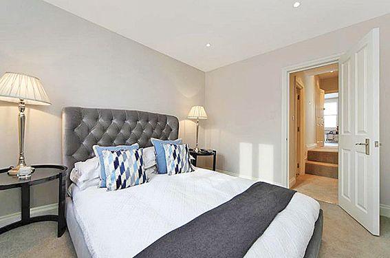 - LONDRA _ FULHAM   Appartamento posto al secondo ed ultimo piano in piccola palazzina di periodo, composto da ingresso, ampia zona giorno con cucina a vista,moto luminosa date le due finestre. Zona notte suddivisa in due camere da letto e bagno con vasca.     La casa beneficia di diversi locali , negozi e ristoranti sotto casa e dista circa mezzo miglio dalla stazione di Fulham Broadway.     Zona: Fulham  Tipologia: appartamento  Mq: 49  Camere da letto: 2  Bagni: 1     £ 699.000,00  STUDIO…