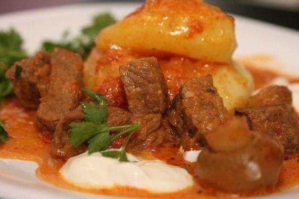 Тающая говядина с овощами в мультиварке Необходимо: овощи можете взять по своему вкусу, общий вес овощей около 1 кг Говядина — 500 г Лук — 1-2 шт Морковь — 1-2 шт Капуста цветная — 400 г Помидоры — 3 шт Перец болгарский — 2 шт Соль, специи — по вкусу Приготовление: Мясо по этому рецепту получается очень мягким, а овощи можно сделать даже «аль денте». Вот из такого обычного куска охлаждённой говяжьей лопатки будем готовить это блюдо. Нарезать говядину кусочками, сложить в чашу мультиварки…