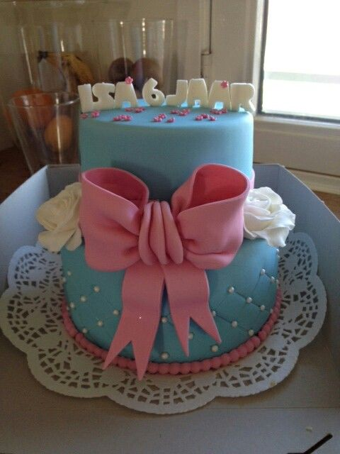Grote strik taart (Demi's Cupcakes & Taarten )