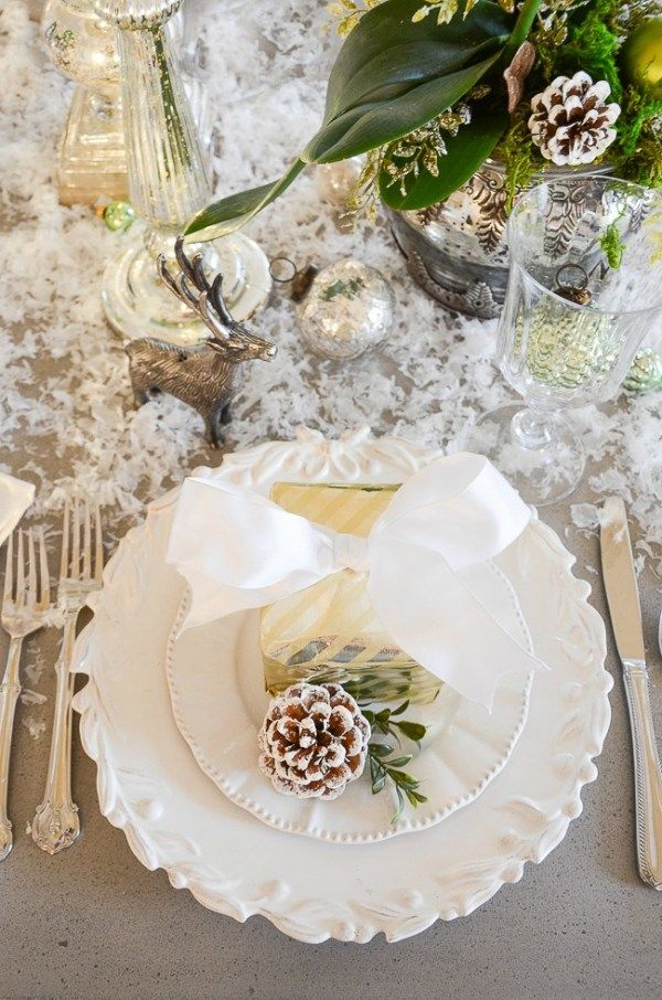 love this stunning Christmas tablescape with greens, whites and pinecones
