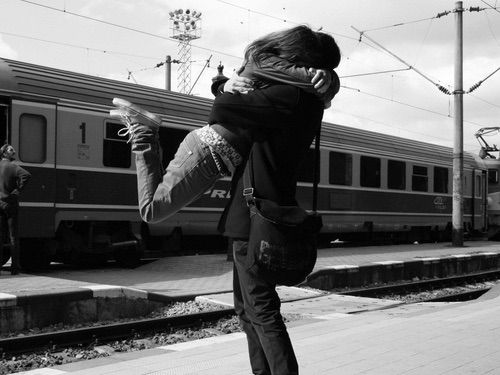 Bild via We Heart It https://weheartit.com/entry/149563557/via/3976751 #bag #blackandwhite #couple #embrace #lovers #train #boyfriends