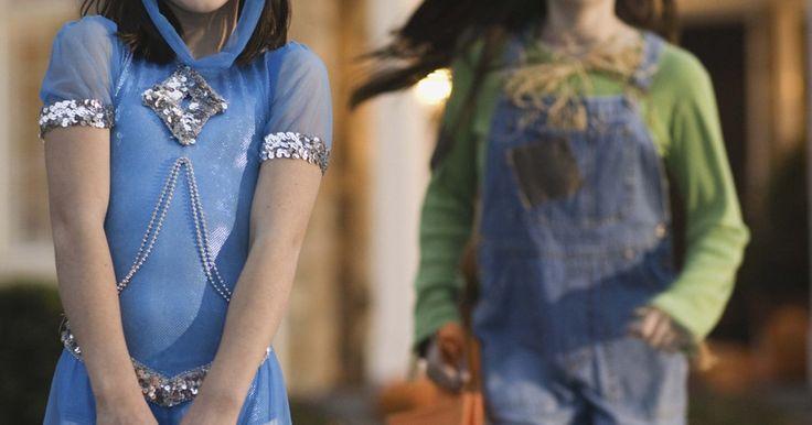 Lista de disfraces de Halloween para niñas de 13 a 15 años. Las edades de 13 a 15 pueden ser incómodas para estas jóvenes adolescentes a la hora de escoger un disfraz de Halloween. Los padres de estas jóvenes pueden querer evitar los trajes subidos de tono, y sin embargo los disfraces de Halloween para adolescentes y preadolescentes a menudo pueden estar altamente sexualizados, especialmente cuando se hace ...