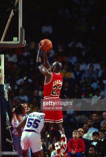 Fotografia de notícias : Michael Jordan of the Chicago Bulls shoots over...