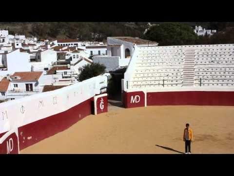 Fútbol en la plaza de Mijas. Los alumnos/as de ATAL del IES Villa de Mijas juegan al fútbol en su visita a la plaza de toros.