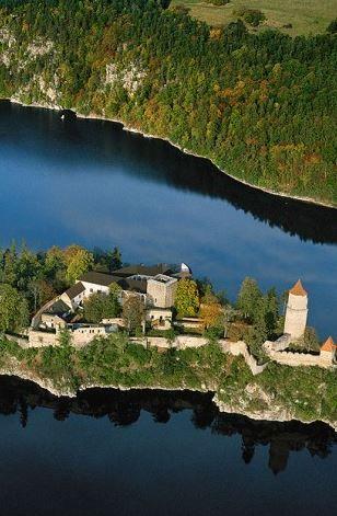 Zvíkov - královský hrad z počátku 13. století je od roku 1961 obklopen Orlickou přehradou, foto: Libor Sváček, archiv Vydavatelství MCU s.r.o.