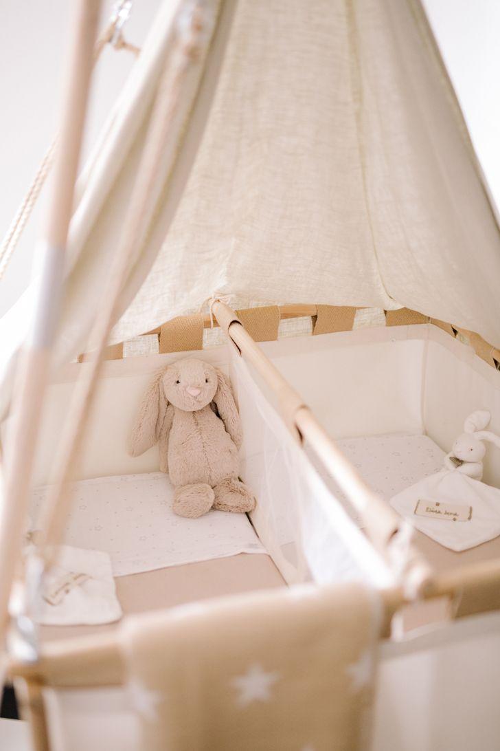 Habitación de bebé para gemelos en estilo natural - DecoPeques