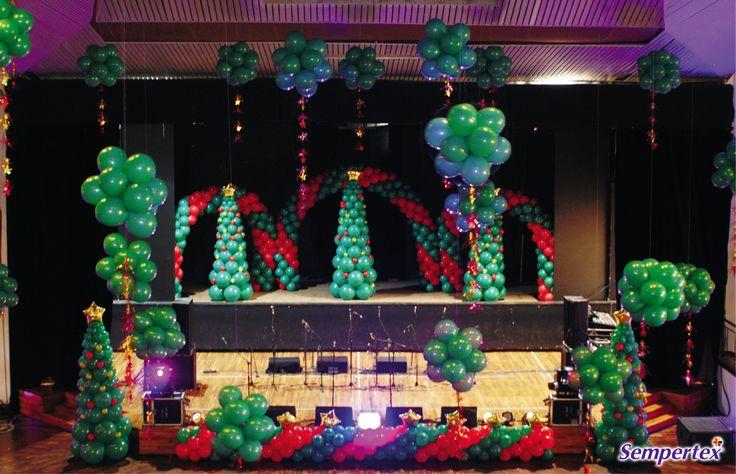 Decora el escenario principal con tres arcos en espiral formados por cuartetos con dos globos R-12 Fashion Verde Selva y dos R-12 Fashion Rojo.