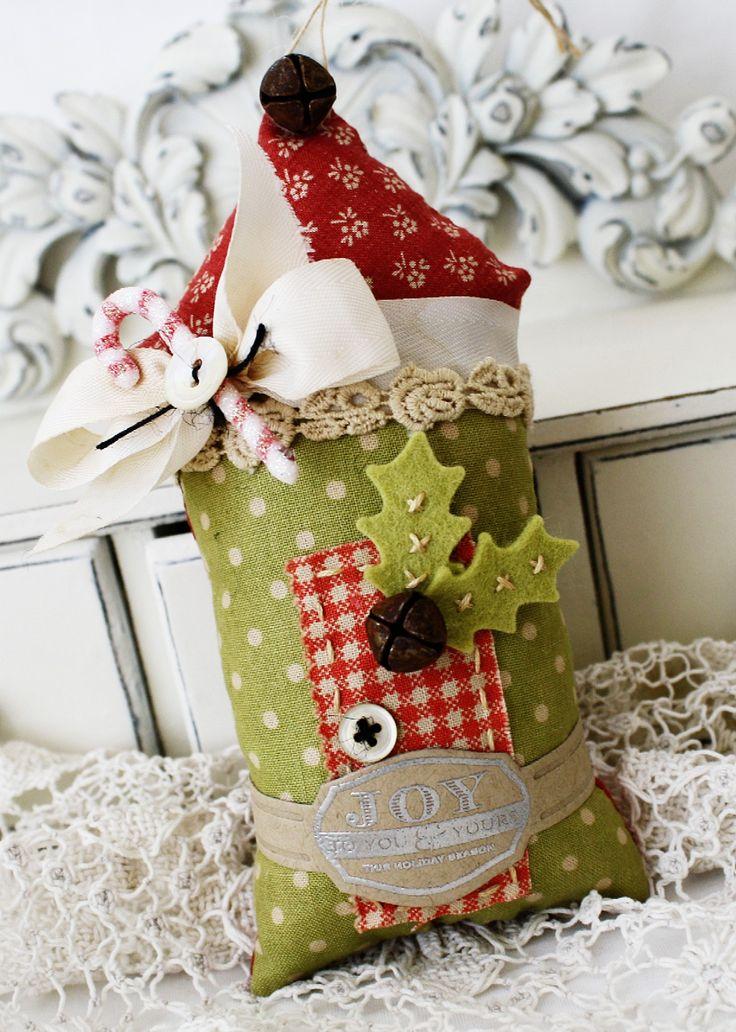 Kersthuisje van stof en lint