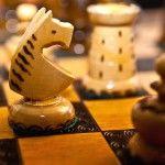 Según han mostrado muchos psicólogos, el ajedrez es un juego que potencia las habilidades intelectuales de las personas, especialmente de los niños. Por eso se trata de un juego tan importante y por eso todos los niños deberían al menos conocer las reglas sobre cómo jugar al ajedrez para practicar en casa con sus padres o sus amigos.
