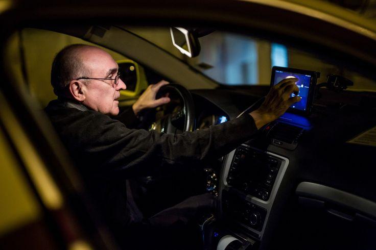Amikor valaki taxiba száll, valahogy nem éppen arra számít, hogy egy komplett időutazós városnézésen lesz túl, mire a végcélhoz ér. Pedig ha van olyan szerencséje, mint nekünk volt, és Popovics András autója jön érte, régi képeket nézhet végig arról az útvonalról, amerre halad, kiegészítve a 10 éven át budapesti történeteken edződött András információmorzsáival. Így nyer teljesen új értelmet a taxizás, de a leírásokkal tűzdelt képeket az Ilyen is volt Budapest-oldalon is lehet nézegetn