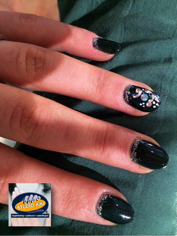 Serene Green CND Charmed Collection (http://nagelstudio.kiki.nl/shellac.html)  Ex-nagelbijtster nu met amandelvormige natuurlijke nagels met de CND Shellac Charmed Collection kleur Serene Green (donker groen), Glitters en één Nail Art nagel met steentjes en hologram glitter en bladfolie      #cnd   #shellac   #shellacnailart   #gellak   #nagellak   #nailart   #nagelstudio #nagelstyliste   #nagelbijter