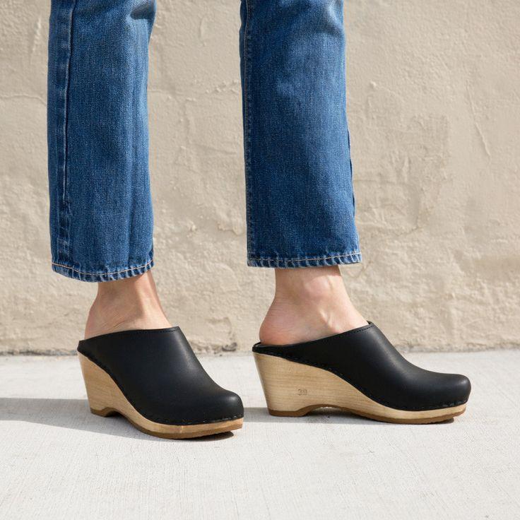 Pour La Victoire Womens Celina Suede Pointed Toe Classic Black 001 Size 6.0