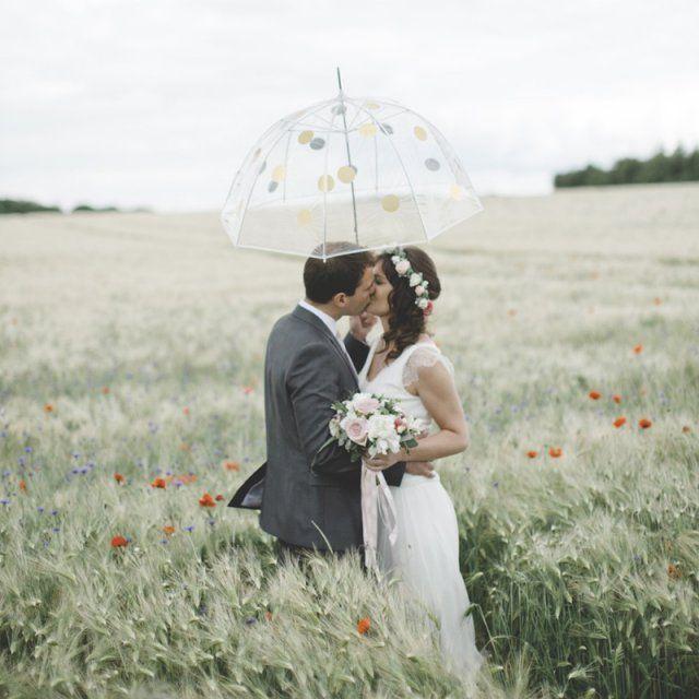 un parapluie pois dors mariage sous la pluie - Parapluie Mariage Tati