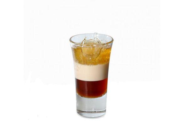 Preparazione cocktail b-52