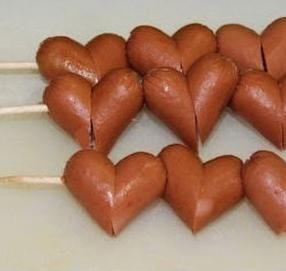 Romanticas banderillas de salchicha en forma de corazón.
