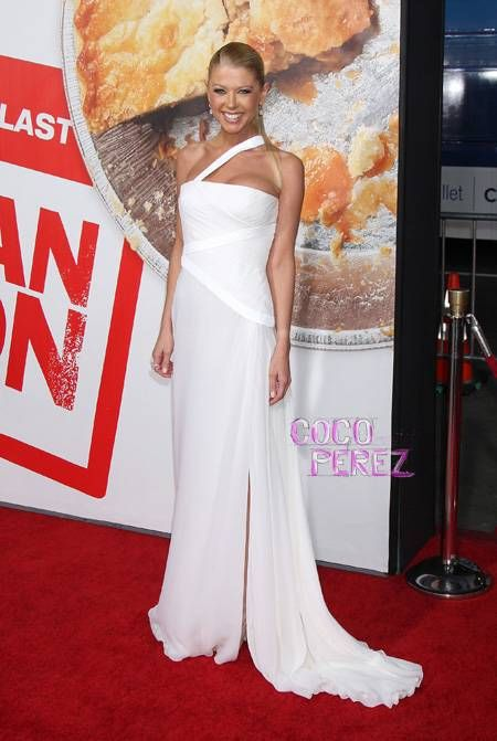 Tara Reid looks absolutely stunning the American Reunion Premiere...so nice to see!