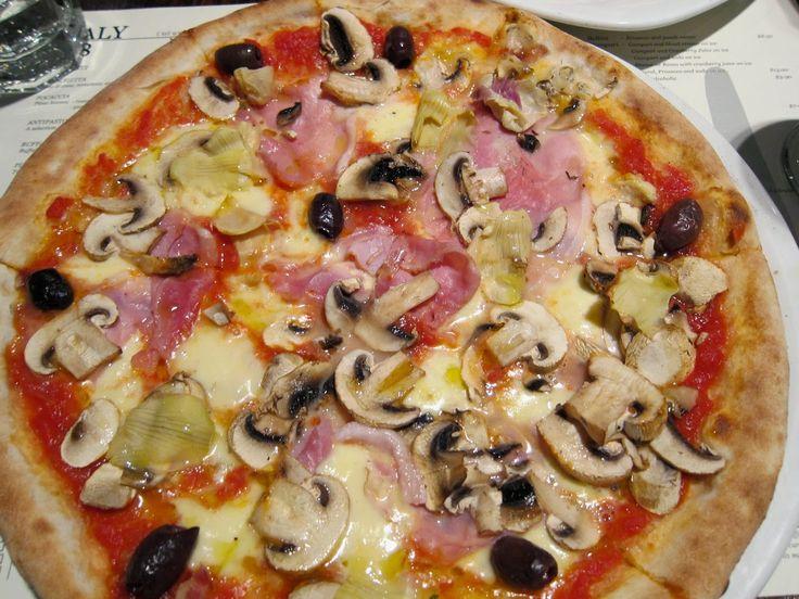 La Pizza Capricciosa Ricetta Originale e preparazione.La pizza capricciosa è la più classica delle pizze Italiane. Segui la ricetta originale per preparare.