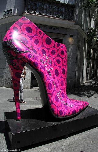 Shoe Street Art, la calle Serrano de Madrid invadida por zapatos gigantes - FotoEscapada