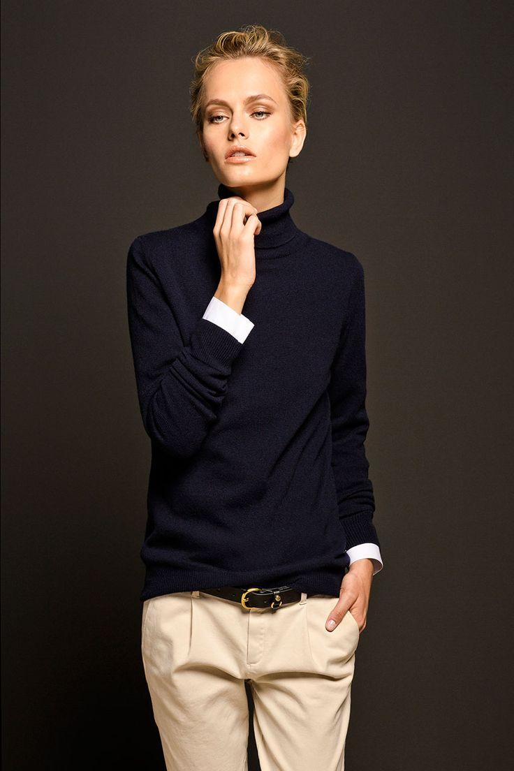 schwarzer turtleneck sweater mit tiefsitzender beiger hose - sehr edel