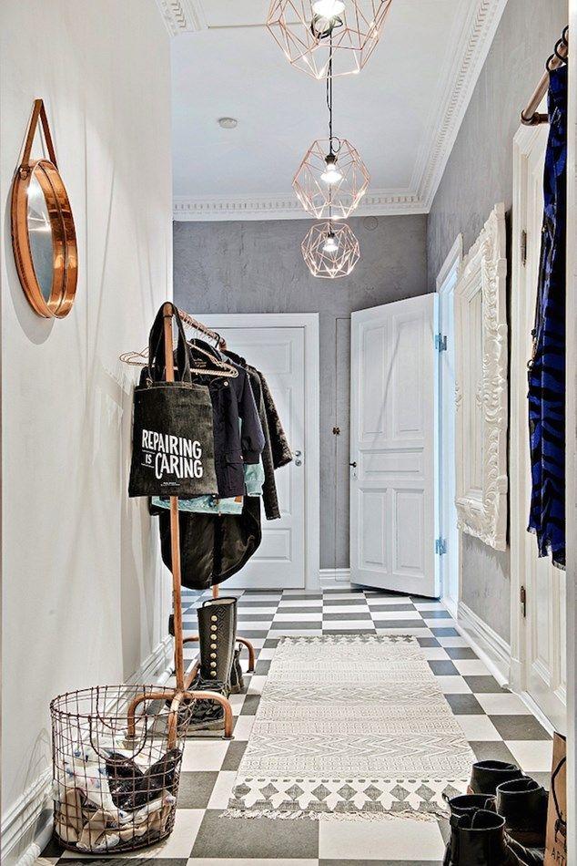 """Hos vores svenske naboer finder vi denne skønne svenske oase på 94 m2. Lejligheden har et perfekt lysindfald og er indrettet med et walk-in closet, to soveværelser, et stort køkken-alrum og hele to altaner. Der er højt til loftet, den gamle stuk er bevaret, og de to gamle brændeovne står intakt, hvilket er med til at give lejligheden masser af charme.<img style=""""width: 634px; height: 950px;"""" src=""""/m..."""