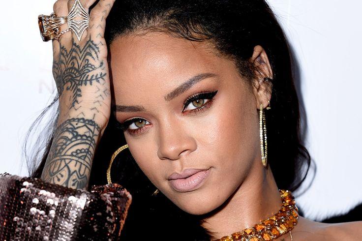 Quanti tatuaggi ha Rihanna? Realizzando questo articolo ce ne siamo resi conto: TANTI!  In totale sono 19 (almeno, quelli conosciuti...e speriamo di non aver scordato niente), realizzati nel corso degli anni e dislocati su diversi placement.  Ecco