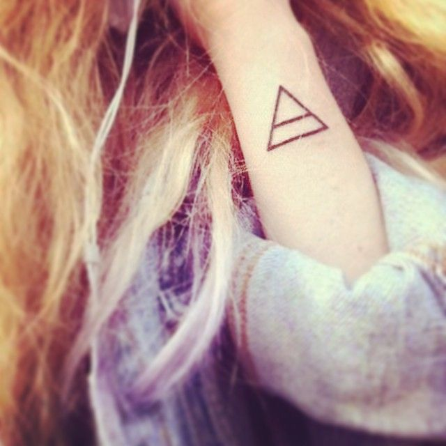 「ちょこんとワンポイントが素敵!女の子にオススメしたいタトゥーデザイン」に含まれるinstagramの画像|MERY [メリー]