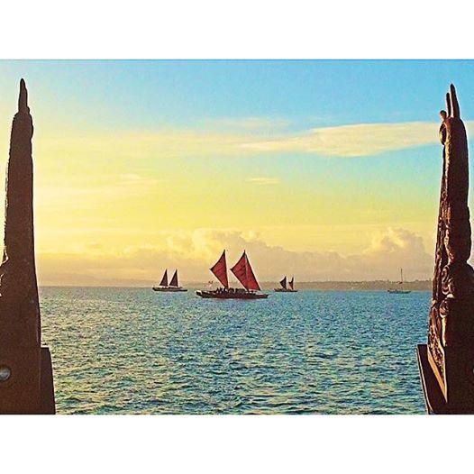 Ko Haunui me tona kuia a Hokule'a, me tona teina a Hikianalia. Ko Hokule'a te te waka hourua tuatahi i hangaia i Hawaii.