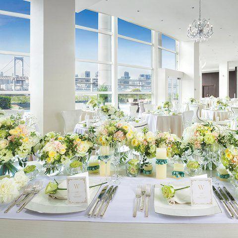 結婚式場写真「【シーサイド テラス レジデンス/140名様迄着席可能】白で統一されたピュアな雰囲気の邸宅。大きな窓の外にはプール付きのテラスが隣接」 【みんなのウェディング】