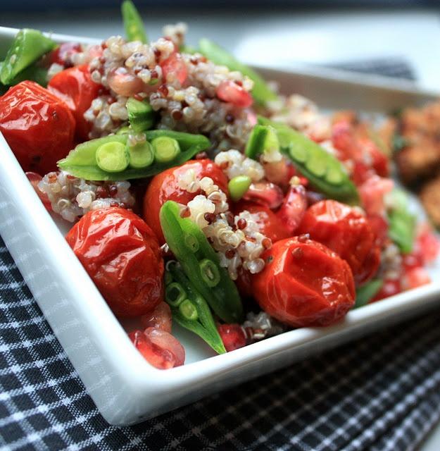 Quinoasalat med saktebakte tomater, sukkererter, granateple og kvitløkskrutongar. #quinoa #salat #salad #tomat #tomato #sukkererter #sugar_peas #granateple #krutongar #krutong #kvitloek #hvitloek #garlic #crutons