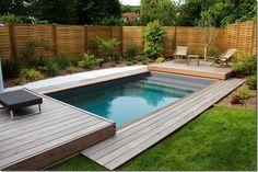 Une très belle petite piscine Piscinelle en région parisienne, équipée d'un Rolling Deck, véritable couverture mobile de piscine.
