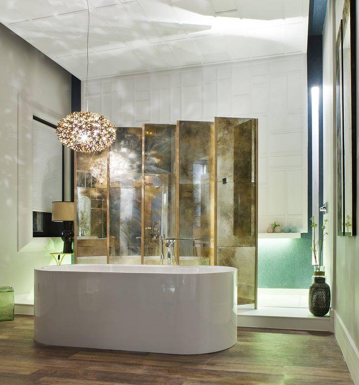 Una imponente bañera en isla acapara el protagonismo junto con un espejo de aspecto envejecido. #details #bathroom #bathtub #deco #decoracion #decor #diseño #design #interiorismo #interior
