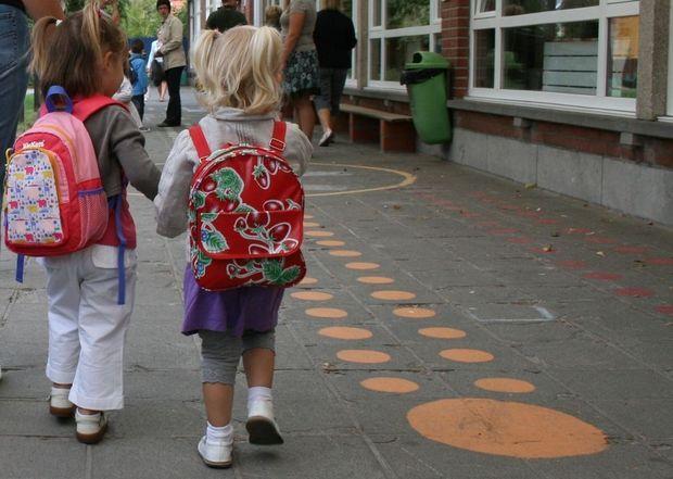 'Van jonge ouders verwachten we dat ze zo lang en zo veel mogelijk werken, maar we wijzen ze met de vinger omdat ze thuis niet alles bolgewerkt krijgen', schrijft Gents schepen van onderwijs Elke Decruyenaere (Groen).