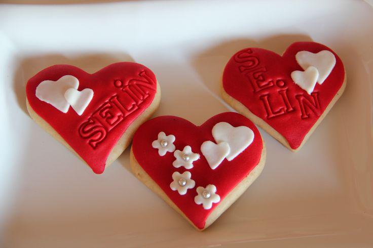 Love themed red white cookies (kalp temalı kişiye özel kurabiye)