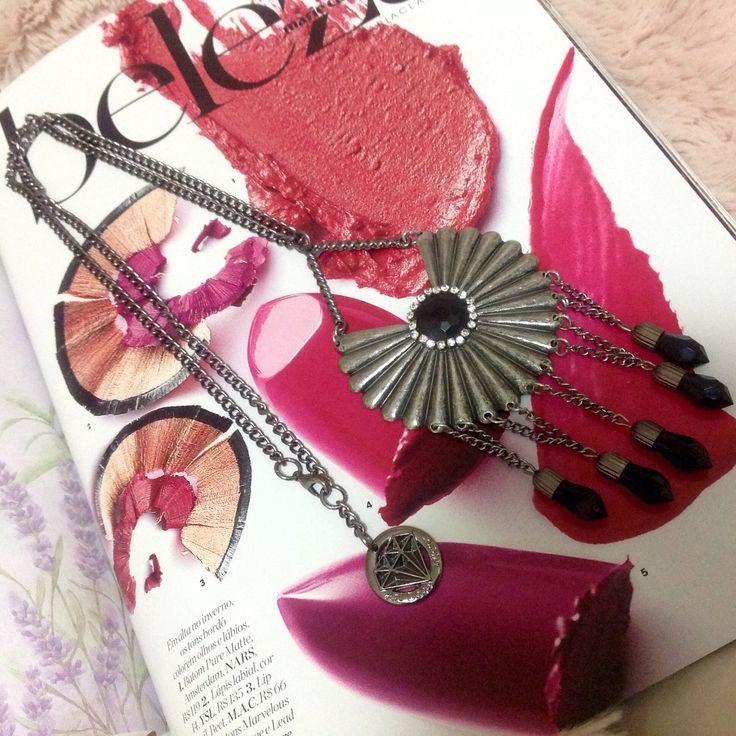 Porque makes e bijoux juntos é uma ótima combinação! Aposte nos batons tons avermelhados e roxos nesse inverno! E acessórios você já sabe: vem para @artdecobijoux! www.artdecobijoux.com.br #acessorios #artdecobijoux #acessoriosfemininos #colar #gipsy #franja